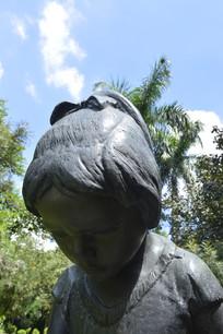 低头的女孩青铜雕塑特写