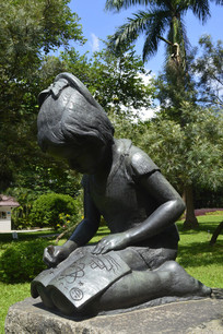 低头认真书写的女孩铜雕