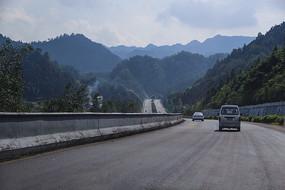 高速翻山越岭