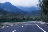 高速公路山涧云雾