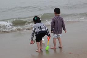 海边嬉戏的小朋友
