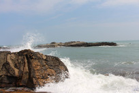 海浪撞击礁石