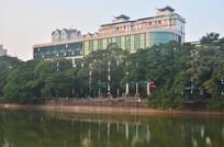 湖边的绿树高楼建筑