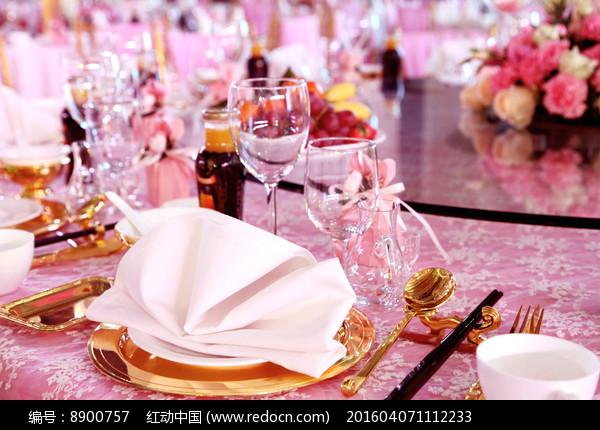 婚礼餐具摆台图片