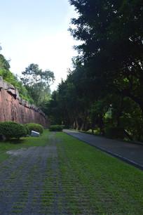 人行道绿树浮雕墙壁