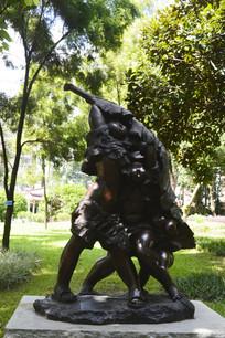 三个小孩芭蕉叶躲雨雕塑