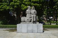 石雕珠江崖边的两位少女