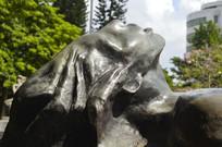 躺卧仰视天空的人铜雕特写