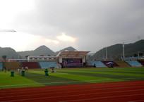天空下的校园足球场