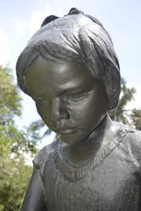 铜雕低头的女孩特写