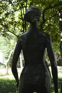 铜雕女性人物背部特写