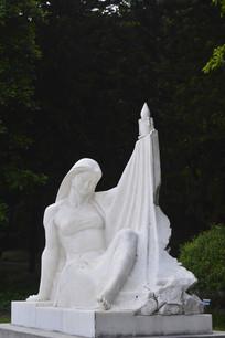 一个手举蜡烛的少女雕塑