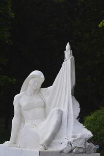 一个手举蜡烛的少女雕塑作品