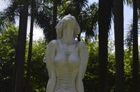 迎风闭目倚立的少女雕塑特写