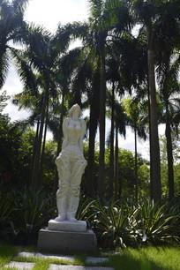 迎风闭目倚立的少女雕塑小品
