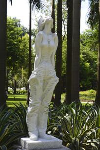 迎风闭目倚立的少女雕塑作品