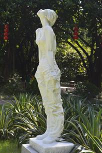 迎风闭目倚立的少女石雕作品