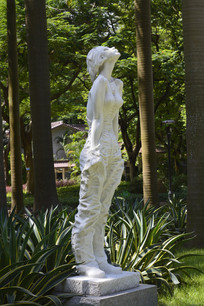 迎风倚立的少女大理石雕塑