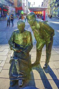 中街看书老人与年轻男子雕塑