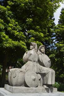 珠江崖边两位少女石雕塑像