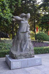 背着香蕉的少女雕塑