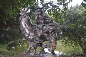 吹喇叭叫卖鸡公榄的人物雕塑