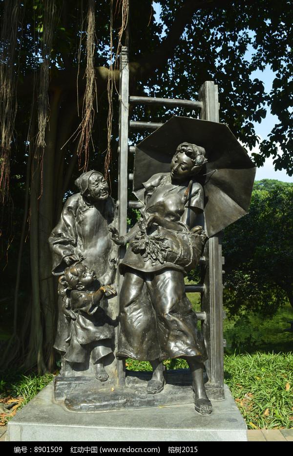 老奶奶孙女撑伞妇女铜雕图片