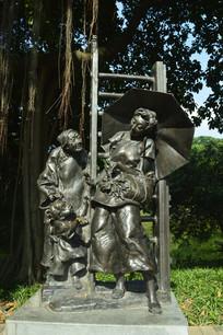 老奶奶孙女撑伞妇女铜雕