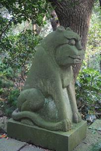 三峰寺塔旁石狮像侧面