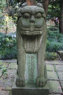 三峰寺塔旁石狮像正面