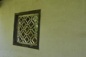 石灰墙上的镂空雕花窗棂
