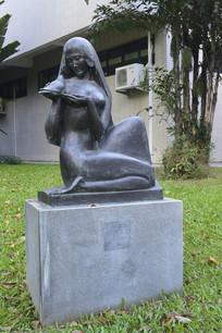 手捧象征和平鸽子的少女雕塑