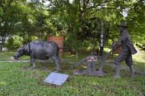 水牛被农民吆喝着耕地雕塑