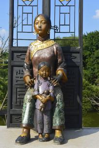 铜雕穿旗袍装束的母女特写