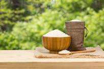 一碗大米在木桌上