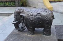 一只可爱的小象雕塑