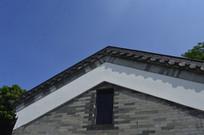 湛蓝的天空与古建筑屋檐