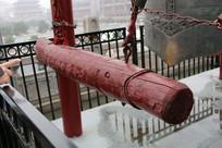 钟楼上的大钟与敲钟木棒
