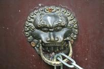 左铜狮子门扣