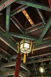 鼓楼内部的横梁与宫灯