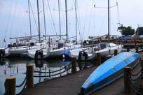 码头边的帆船