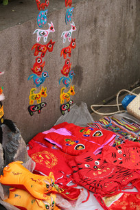 民间传统刺绣布老虎与小衣服