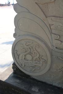 青石牌坊基座上的青龙浮雕