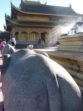 石象前方的华藏寺
