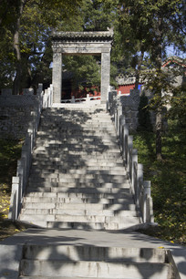 台阶上的冠山牌楼