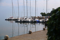 停靠在码头的帆船