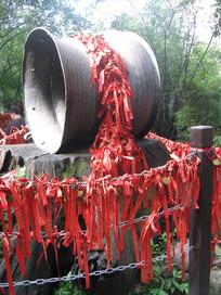 围栏锁链上缠满的祈福带
