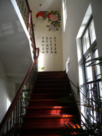 别墅红漆楼梯
