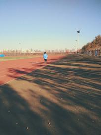 操场上奔跑的少年