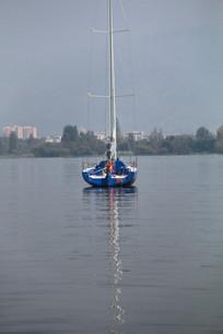 帆船与湖水中的倒影